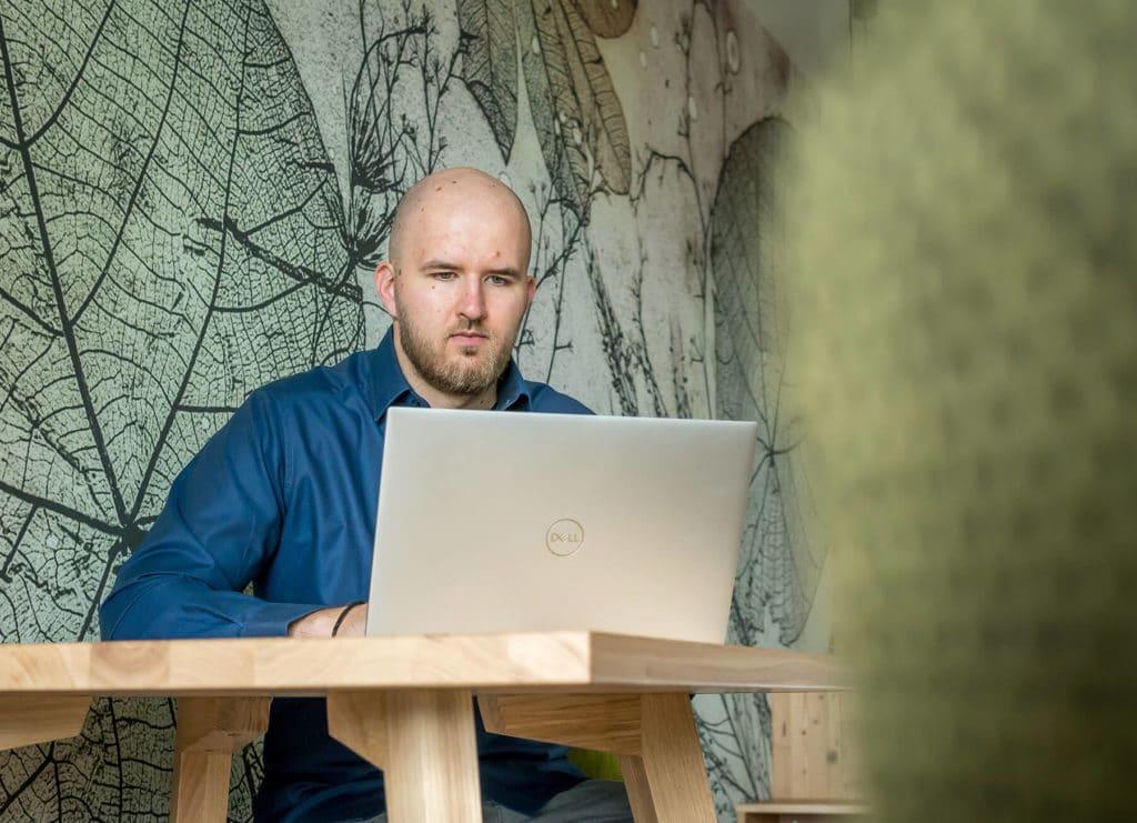 Sebastian Klingel am Laptop